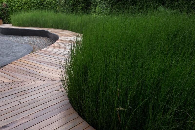 Houten tuinpad in bankirai reinigen – onderhoud