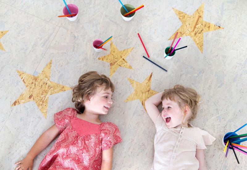 osb platen vloer geschilderd met beits met ster patroon