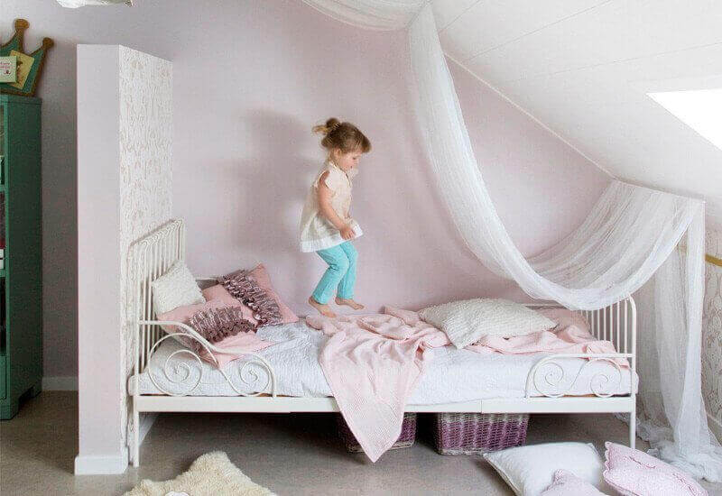 Geïsoleerde en gereoveerde zolder met houten osb vloer schilderen met beits